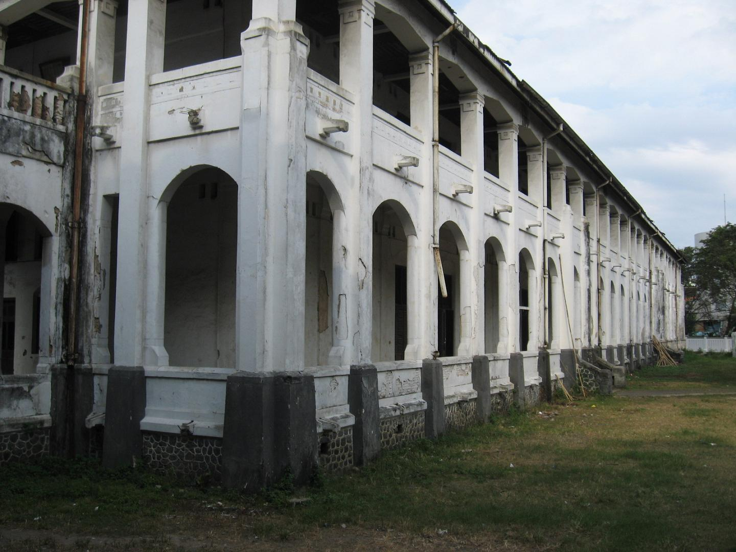 A photo showing Lawang Sewu when it was not renovated yet