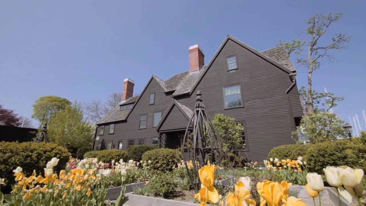 A photo showing the facade of the House of the Seven Gables