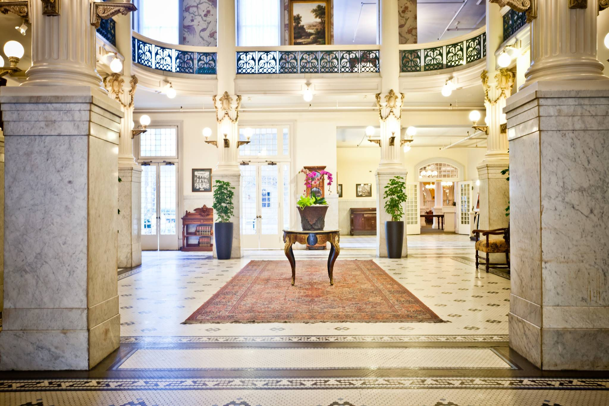 The lobby of Menger Hotel